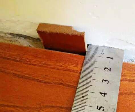 有的木地板本身缝就比较大