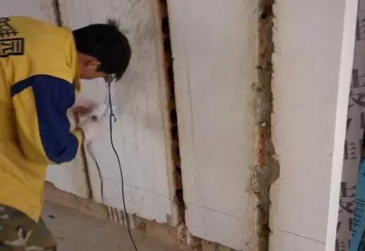 电路以及部分水路铺设都需在墙面开槽埋管,而不是所有的墙面都适合