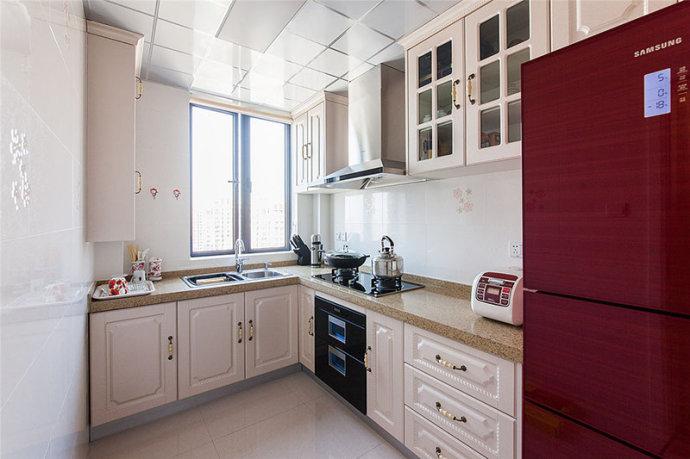厨房:欧式风格的厨柜,再配上一套欧式的电器