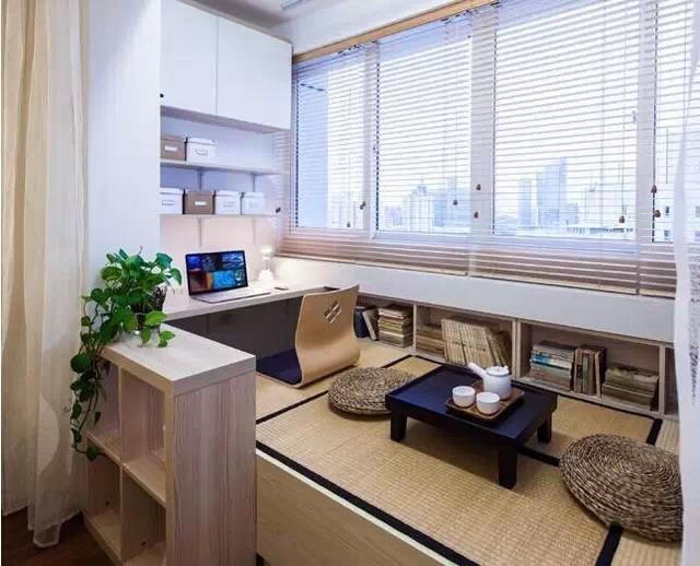 卧室是让我们放松休息的地方,所以在装修时我们一定要将舒适度与私密性放在首位。由于是小户型,像电视柜之类的家居用品就可以舍去了,太占地方。而衣柜等应该在一开始就确定好尺寸以及它的安装位置。设计飘窗也是一个比较常见的小户型家装技巧。飘窗不仅能够增加卧室的明亮度与宽敞度,还能够让居室更加舒适。    小户型卧室装修效果图   为保持卧室整洁的风格,保留了最低限度地装饰物。只是在每个床头柜上放一盏钢架台灯,材质与床完全相同,构成了和谐的呼应。若让灯光射向墙壁,可以使整间卧室获得柔和的晕光效果。再在墙上点缀两三