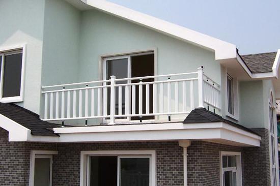PVC阳台护栏采用承插式连接件进行安装,可大大提高安装速度,万向承接式连接更使护栏容易在斜坡或不平整的地面上以任意角度、沿不同方向进行安装。它比木头坚硬,比铸铁更富有弹性和高抗冲性能;使用寿命长(30年以上);无需油漆和维护保养,免除维护保养的麻烦;手感细腻、绿色环保、塑造简洁明快,可以点缀建筑外貌,让环境更加温馨、舒适。      小编总结:不同材质的护栏可以给人带来不一样的视觉美感,大家根据自家的装修风格和需要选择合适的护栏。关于阳台护栏材质的分类指数就介绍到这里了。如果想了解更多建材选购知