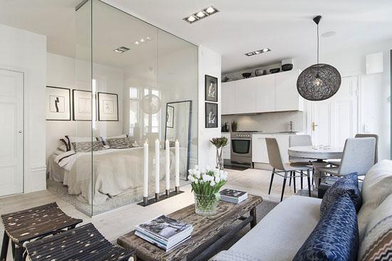 装修TIPS:越是小的空间,植物的装饰越不是能忽略,能让看似杂乱的房间显得更有味道。       装修TIPS:客厅左边是收纳柜,柜台上摆放有电视机和几幅装饰画。       装修TIPS:地板是条状的木质地板,温馨而且保暖。