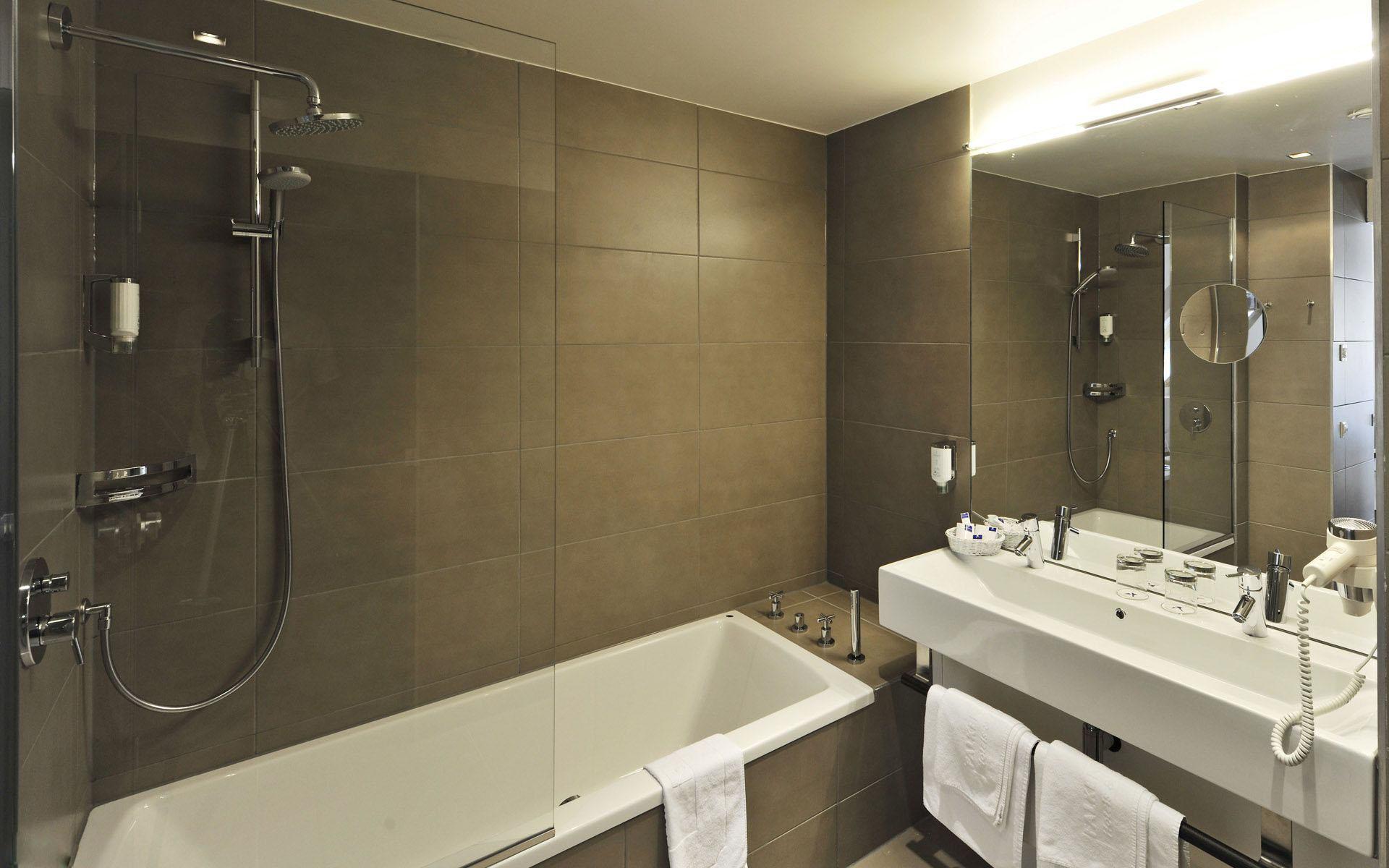 浴室作为居室中水流量较大的区域,除了上下水通道需要特别注意之外,卫浴间的防水工作也要格外谨慎。如今市场上防水材料越来越多,如果选用的防水材料不合格或施工不规范,两三年内就会出现渗漏,影响到我们的正常生活。那么,关于卫浴室(如何选择浴室门)的防水,我们需要注意哪些方面呢?