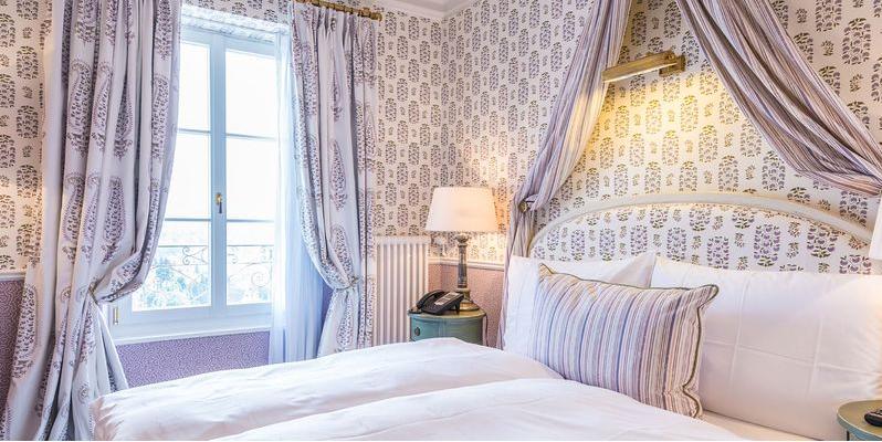 窗帘的风格要与墙纸的风格大体相配,如果墙纸是美式乡村风格,窗帘就不图片